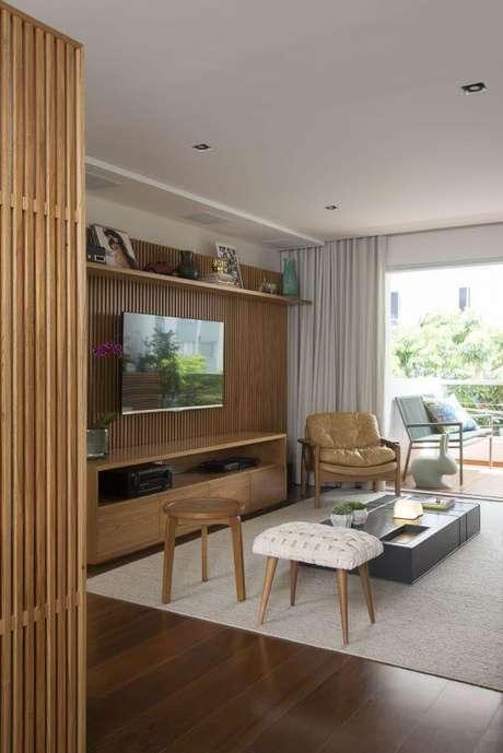 37. Painel para tv de madeira – Via: Pinterest