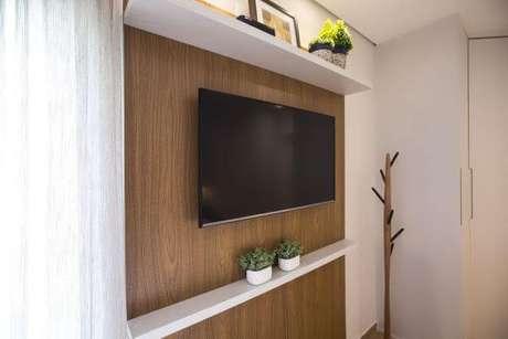 43. Painel para tv com prateleiras brancas – Via: Luciane Mota