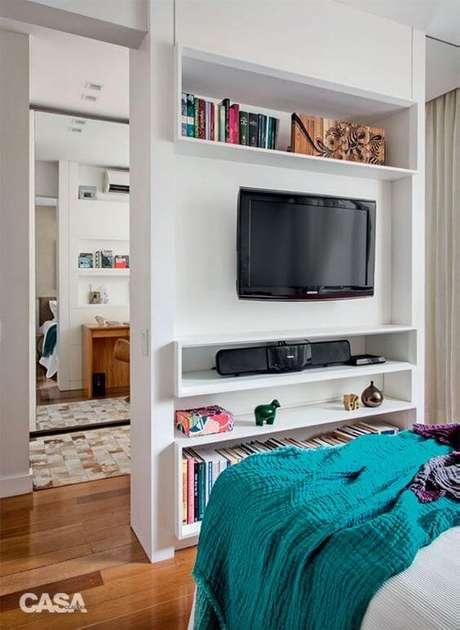 48. Use o painel para tv com prateleiras e nichos para organizar seu quarto – Via: Casa Abril