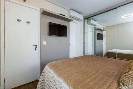49. Painel para tv pequeno no quarto de casal – Via: By Arquitetura