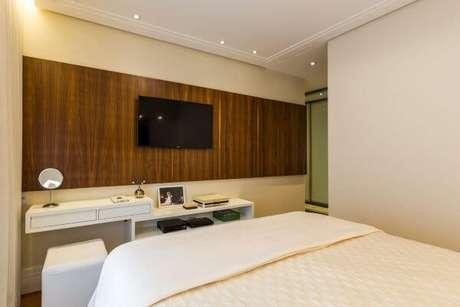 50. Use um painel para tv que seja prático para seu quarto – Projeto: By Arquitetura