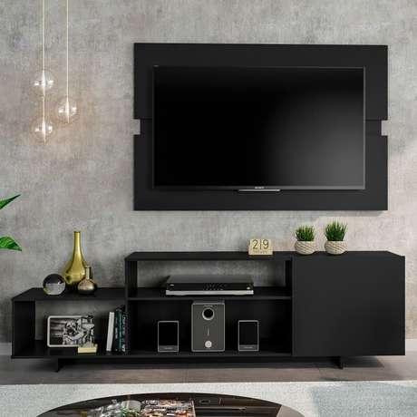 4. Painel para tv preto com rack combinando – Via: Pinterest