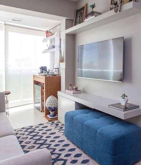 56. Sala pequena com painel para tv branco e puff azul – Via: Pinterest