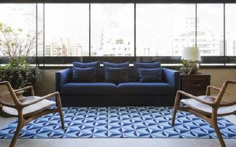21. Tapete geométrico azul combinando com os móveis compõe uma bela decoração – Foto: Casa Vogue