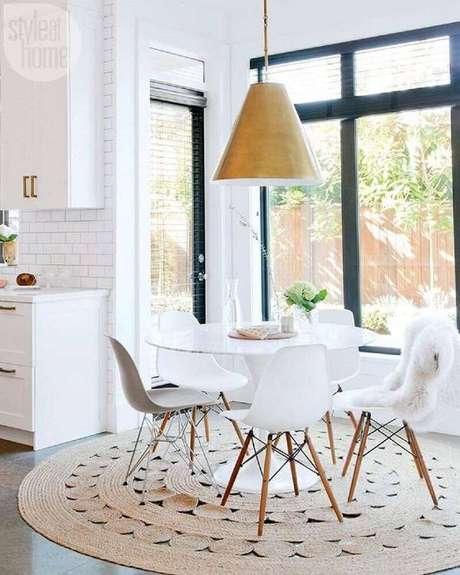 23. Tapete redondo de barbante na cozinha trouxe um charme clean ao ambiente – Foto: Via Pinterest