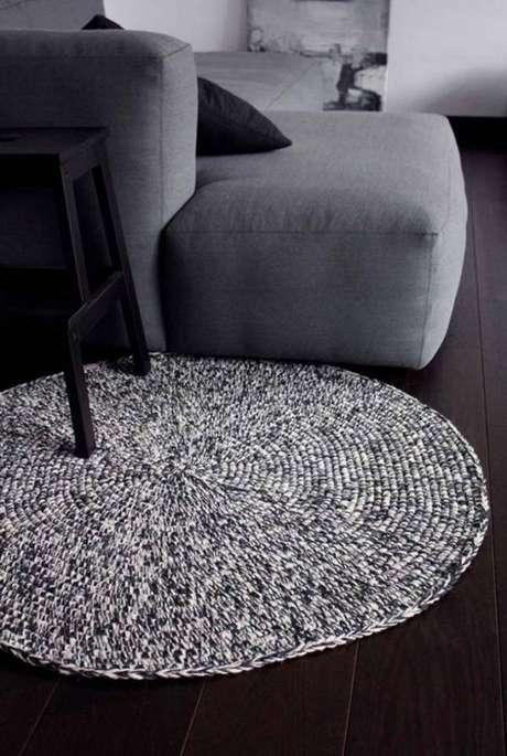 14. O tapete de barbante cinza trouxe um ar clássico e moderno ao ambiente – Foto: Artesã de mão cheia