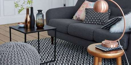 45. Tapete geométrico com cores neutras deixa sua sala clássica – Foto: Via Pinterest