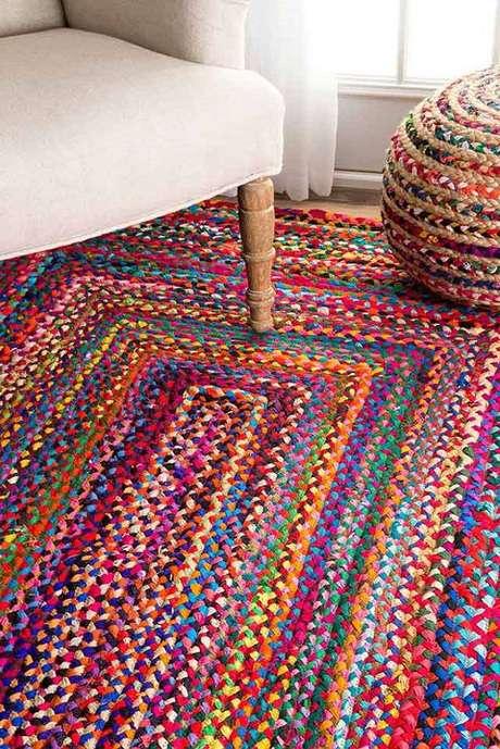 9. Tapete de retalhos deixa sua sala muito mais criativa e única – Foto: Revista Artesanato