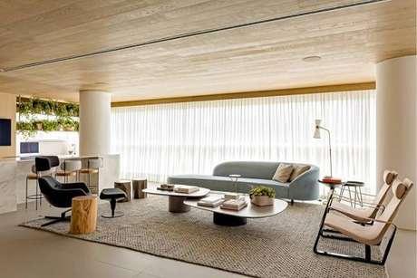 59. E de diferentes tamanhos, o tapete sisal complementa bem de forma neutra a decoração – Foto: Tua Casa