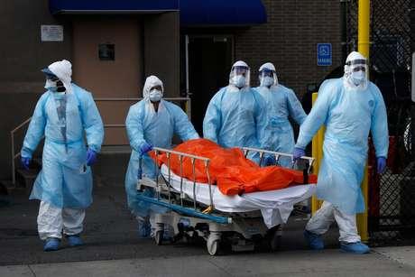 Funcionários levando corpo de vítima do coronavírus no Wyckoff Heights Medical Center no Brooklyn, Nova York. 02/04/2020 REUTERS/Brendan Mcdermid