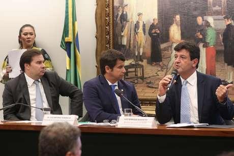 O presidente da Câmara, Rodrigo Maia; Luiz Antonio Teixeira Jr., presidente Comissão Externa Coronavírus; e Luiz Henrique Mandetta, ministro da Saúde