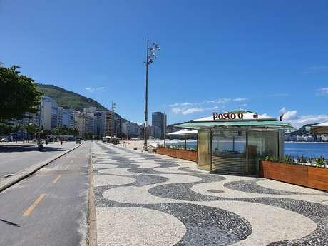 Praia de Copacabana vazia por conta da quarentena