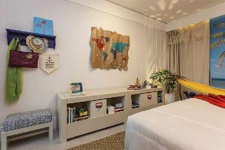 6. Na decoração do quarto simples priorize usar móveis mais claros e multifuncionais. Fonte: Quartos Etc.