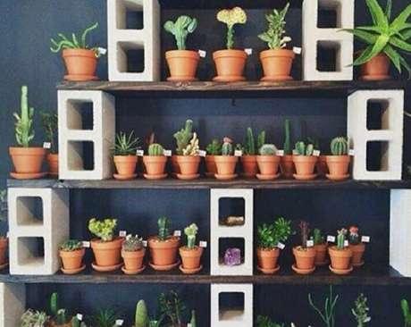 8. Um jardim com diversos vasos para suculentas tem um visual incrível – Foto: Inova concreto
