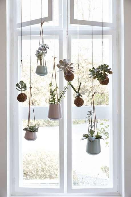 10. Vasos suspensos para suculentas deixam dão um ar mais descontraído ao seu ambiente – Foto: Casa Vogue