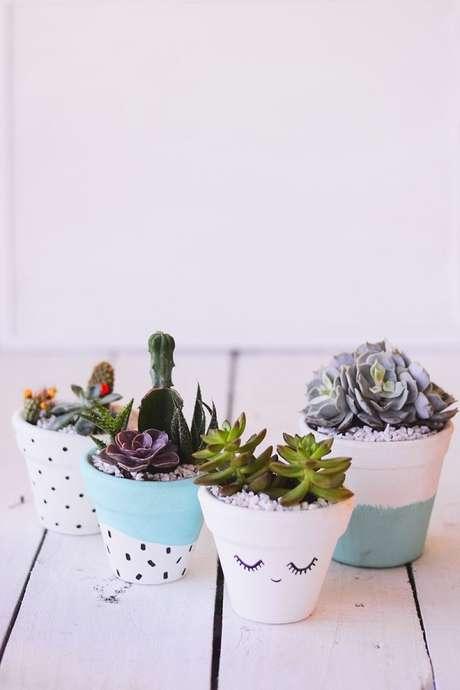 23. Vasos com estampas diversos também se complementam na decoração – Foto: Via Pinterest
