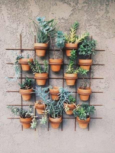 4. Vasos para suculenta de barro são clássicos em um jardim – Foto: Revista Viva Decora