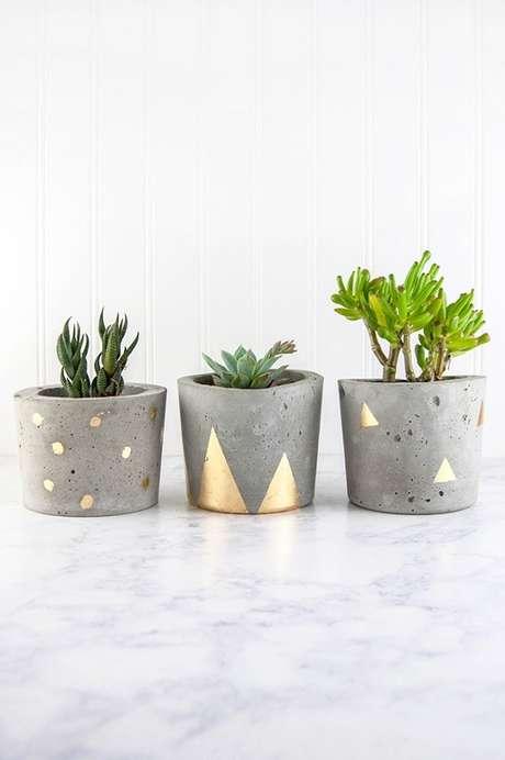 26. Vasos de cimento com detalhes decorados podem dar um up no ambiente – Foto: Via Pinterest