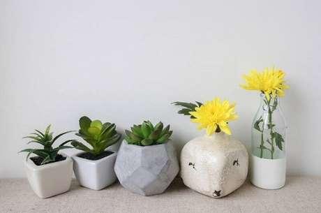 28. Vasos de suculentas com diferentes espécies ficam ótimos juntos – Foto: Revista Viva Decora