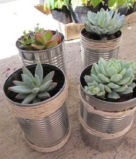 35. Até mesmo as latas servem como vasos para decoração – Foto: Dicas Páticas