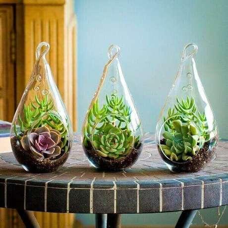 38. Vasos de vidro podem trazer um ar mais moderno ao seu jardim – Foto: Revista Viva Deora