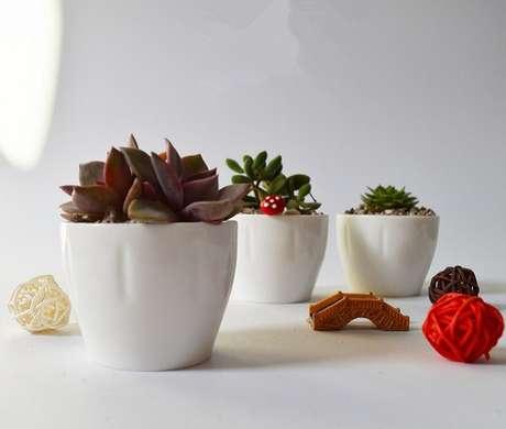 42. Vasos brancos de suculentas tem espaço em uma decoração clean – Foto: Via Pinterest