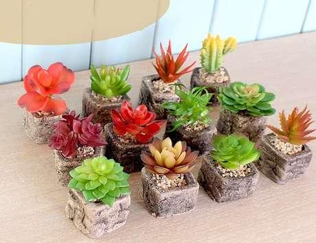 46. Mini vasos para suculentas de cimento são ótimos pois cabem em qualquer lugar – Foto: Via Pinterest