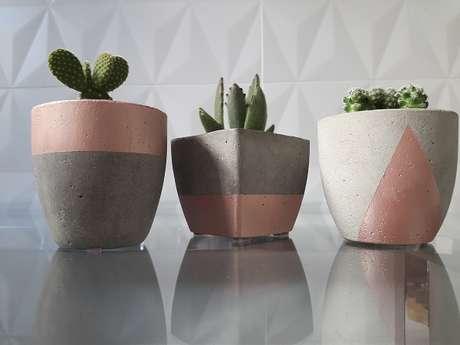 50. Vasos de cimento em diferentes formatos e cores – Foto: Elo 7