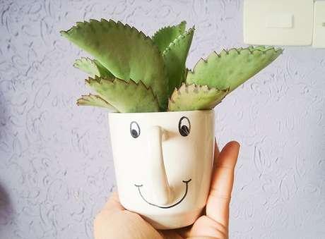 58. Uma simples xícara pode se tornar o vaso para suculenta perfeito – Foto: Casa que minha vó queria