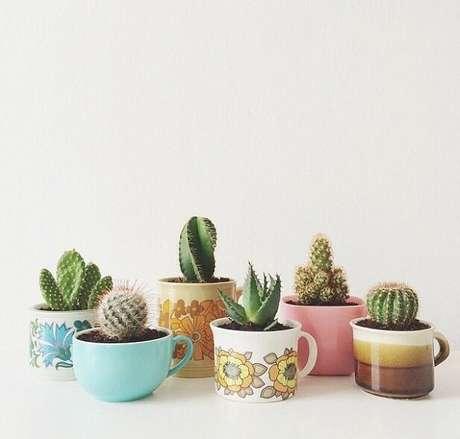 60. Xícaras diferentes como vasos para suculentas – Foto: Via Pinterest