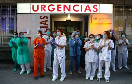Equipe médica recebe aplausos da população em frente a hospital de Madri