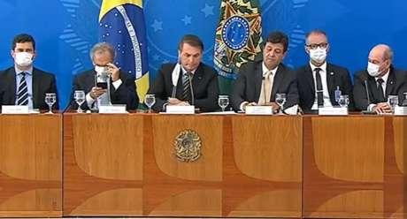 Jair Bolsonaro e o ministro da Saúde,Luiz Henrique Mandetta, sem máscara em coletiva de imprensa nesta terça-feira, 18,