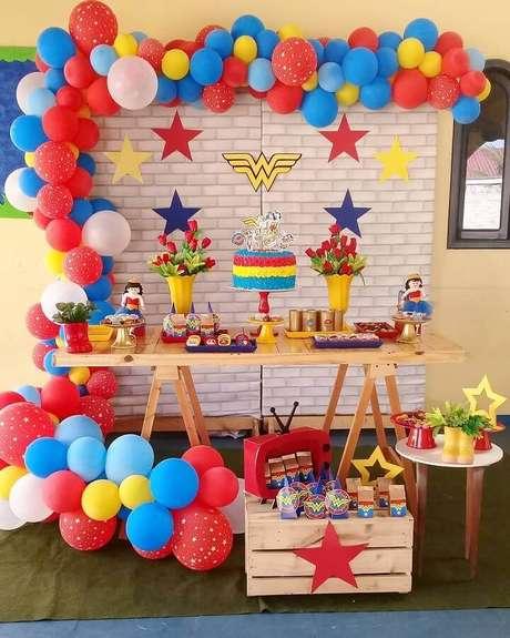 5. Invista em muitos balões para fazer a decoração de festa Mulher Maravilha simples – Foto: Aragão Eventos