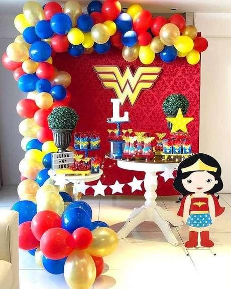 9. Os arranjos de balões podem ser o diferencial na sua decoração de festa Mulher Maravilha simples – Foto: Pinterest