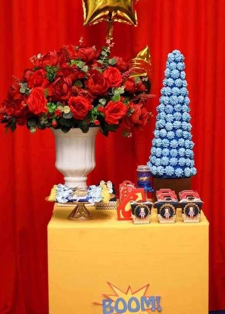 10. Invista em arranjos de flores para um toque mais feminino na decoração de festa Mulher Maravilha – Foto: Pinterest
