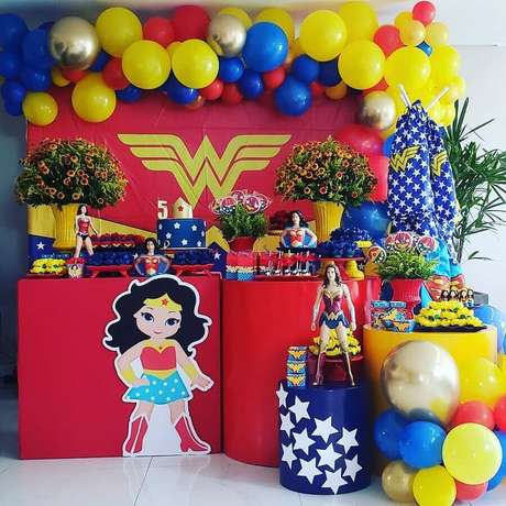7. Os brinquedos das crianças podem render uma bela decoração de festa infantil Mulher Maravilha – Foto: Samara Rocha