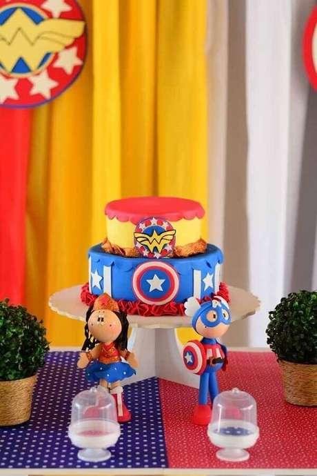 11. Ideia de bolo 2 andares decorado para festa infantil Mulher Maravilha – Foto: Kara's Party Ideas