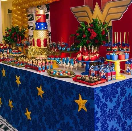 2. Use as cores do uniforme da super-heroína para decorar a sua festa Mulher Maravilha – Foto: Carol Freitas