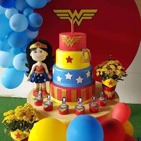 12. Invista em toques lúdicos para a sua decoração de festa infantil Mulher Maravilha – Foto: Little Party