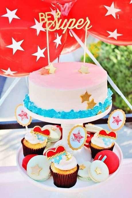 13. Ideia de bolo decorado para festa Mulher Maravilha simples – Foto: A Minha Festinha