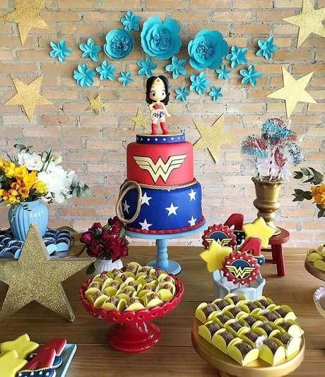 14. Bolo decorado para festa da Mulher Maravilha – Foto: Brit+Co