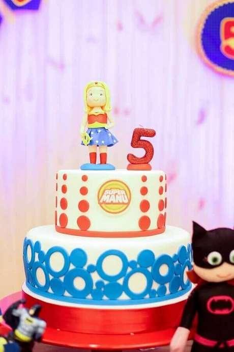 15. Bolo decorado para festa infantil Mulher Maravilha – Foto: Kara's Party Ideas