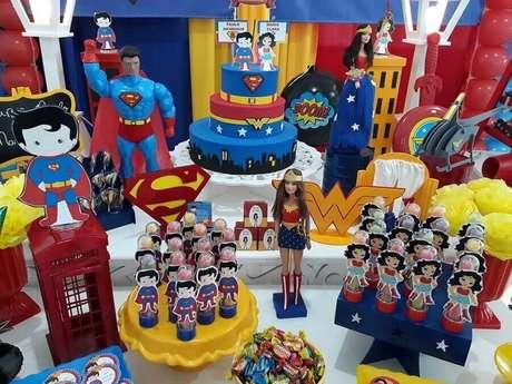 16. Os bonecos dos brinquedos podem fazer toda a diferença na decoração da mesa da festa tema Mulher Maravilha – Foto: Espaço Artesanal Festas