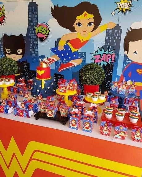 17. Caixinhas de lembrancinhas personalizadas para festa infantil Mulher Maravilha – Foto: A Minha Festinha