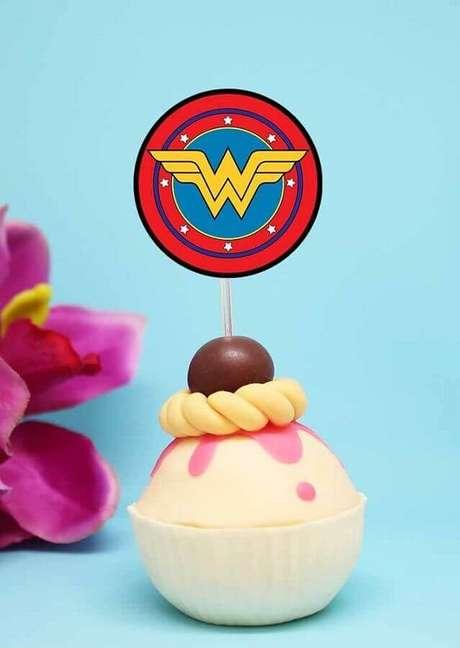 18. Cupcake personalizado com símbolo da super-heroína para decoração de festa Mulher Maravilha – Foto: Pinterest
