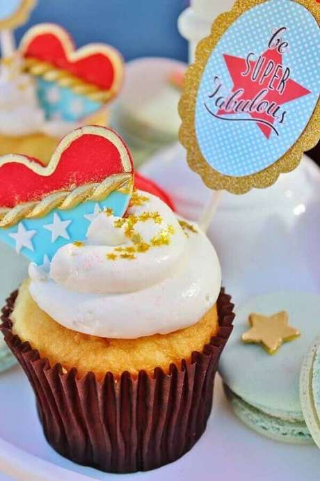 19. Ideia de doces decorados para festa tema Mulher Maravilha – Foto: Zozu