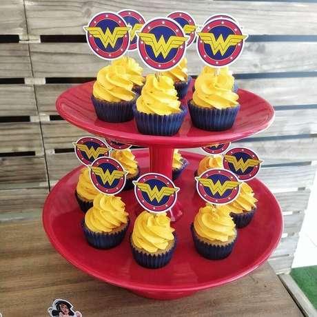 20. Festa de aniversário da Mulher Maravilha com cupcakes decorados com símbolo da super-heroína – Foto: Cherry Bomb Artes e Festas