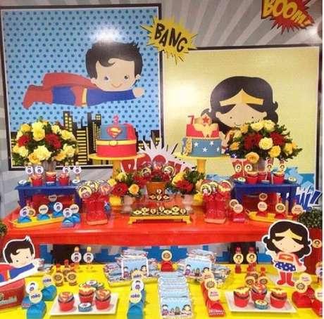 21. Linda mesa decorada para festa infantil Mulher Maravilha com uma mesa vermelha e outra mesa amarela – Foto: Ideas para Las Fiestas