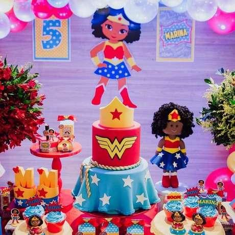 22. Ideia de decoração para mesa de festa infantil da Mulher Maravilha – Foto: Marcela Muniz Festas