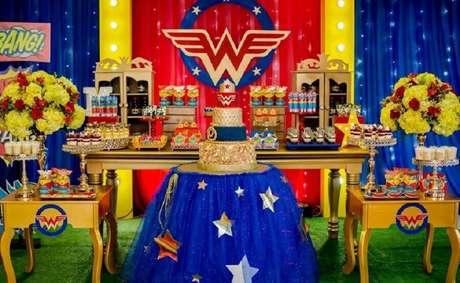 23. Linda decoração com painel iluminado para festa de aniversário da Mulher Maravilha – Foto: Magia Decoraciones